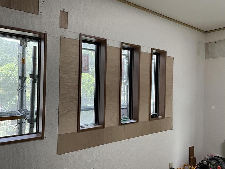 出窓を取り壊して小窓を3つ取り付けました。【水口店】亀田・越田
