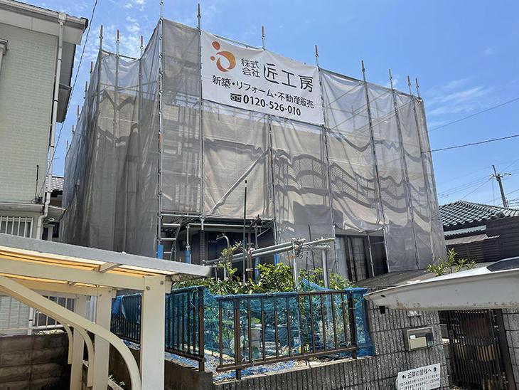 外壁塗装をするにあたって、足場を組み立てました。【水口店】中島・越田