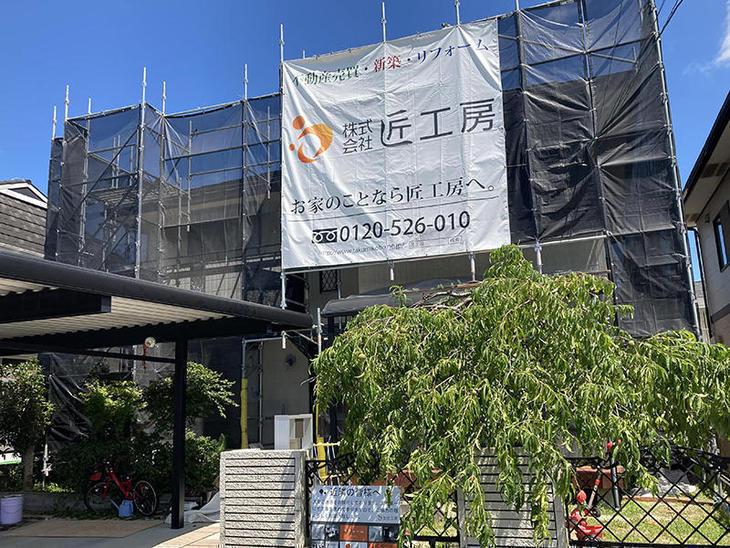 外壁塗装にあたって足場を組み立て、幕を設置しました。【水口店】亀田・越田