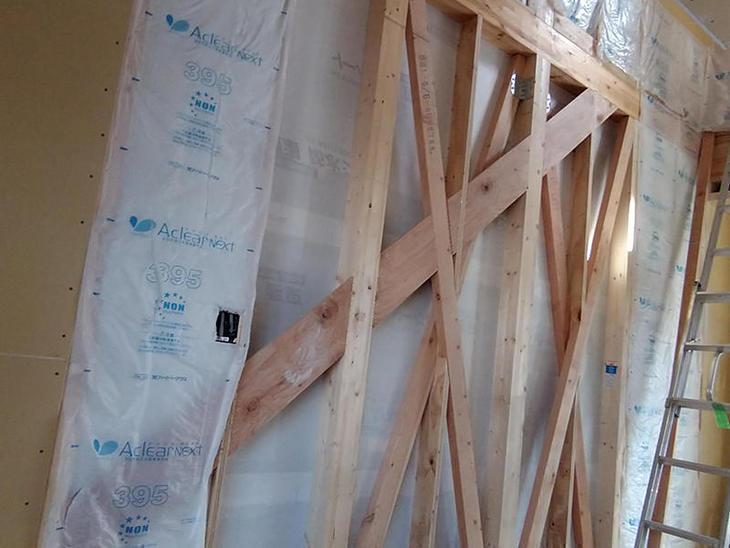 階段室の壁に、手摺を取付るため下地を入れました。【野洲店】津田