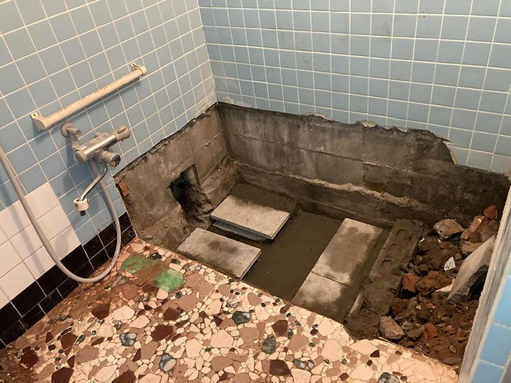 タイルのお風呂の浴槽を取り外しました。【水口店】中島・越田