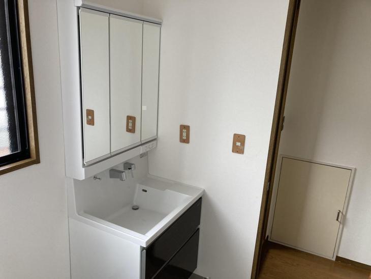 設備屋さんに入っていただき、新しい洗面台【タカラスタンダード ファミーユ】を設置していただきました! 【彦根店】有本