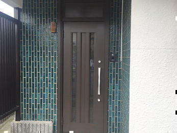 綺麗な玄関ドアへ