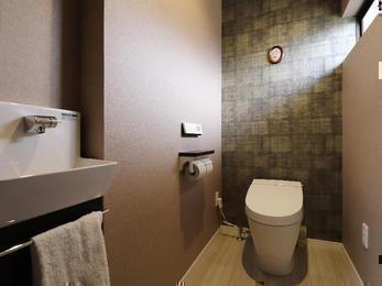 ゴールドの輝きをまとった壁~和のトイレ空間